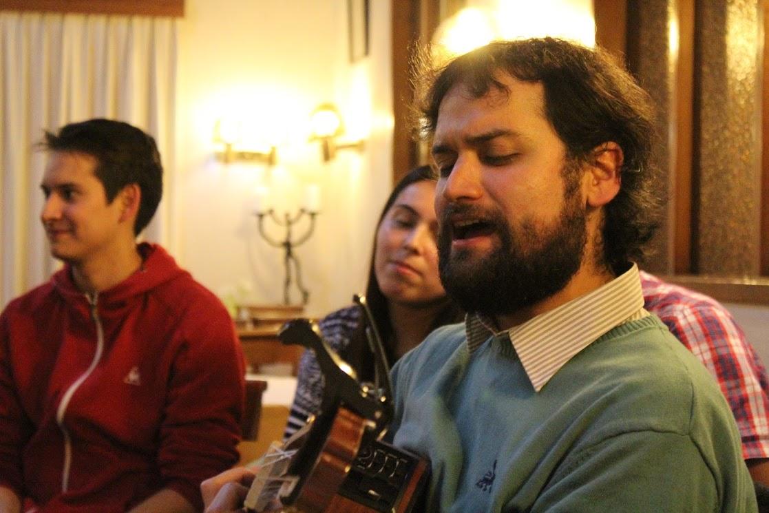 Cristóbal cantando